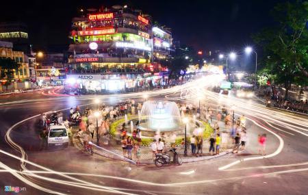 Đài phun nước tại Quảng Trường Đông Kinh Nghĩa Thục chào mừng 60 năm Giải Phóng